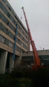 демонтаж фасадных плит краном 90тонн.jpg